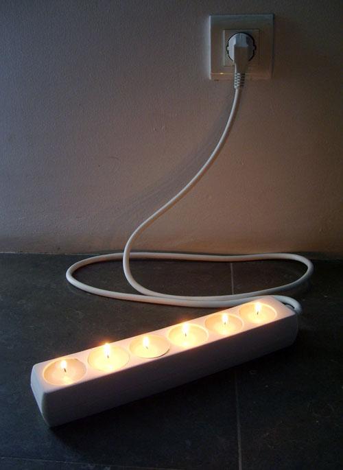 MAX 5000W: A extensão/castiçal MAX 5000W pretende dificultar a relação/comunicação entre utilizador e objecto, e falar de assuntos como a (in)dependência energética e os modos de uso. A seguir à surpresa de constatar que as velas standard encaixam na perfeição nas tomadas de uma extensão, poderemos pensar de onde vem a energia para esta fonte de luz, ou mesmo qual é a quantidade certa de luz que necessitamos. Foto: The Home Project