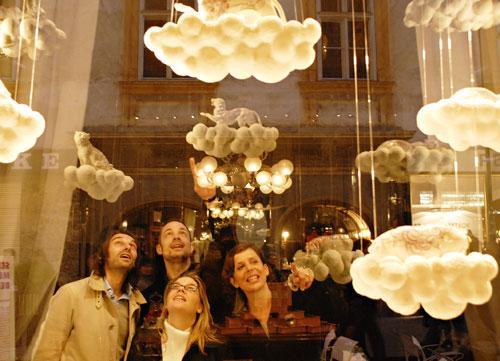 Da esquerda para a direita:  Thomas Geisler, Sebastian Menschhorn, Lilli Hollein e Tulga Beyerle do outro lado da montra da instalação de Menschhorn, na Demel, a mais famosa pastelaria de Viena. Foto: kramar/fischka.com
